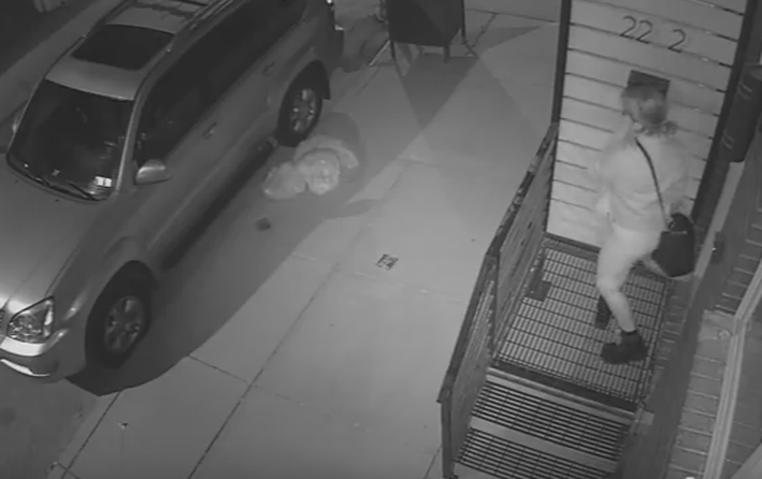 Vídeo flagra mulher furtando zero na Filadélfia (Foto: Reprodução/YouTube)