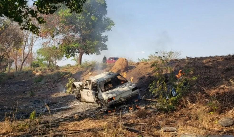 Casal fica ferido após carro bater em árvore e pegar fogo — Foto: Reprodução/TV Bahia
