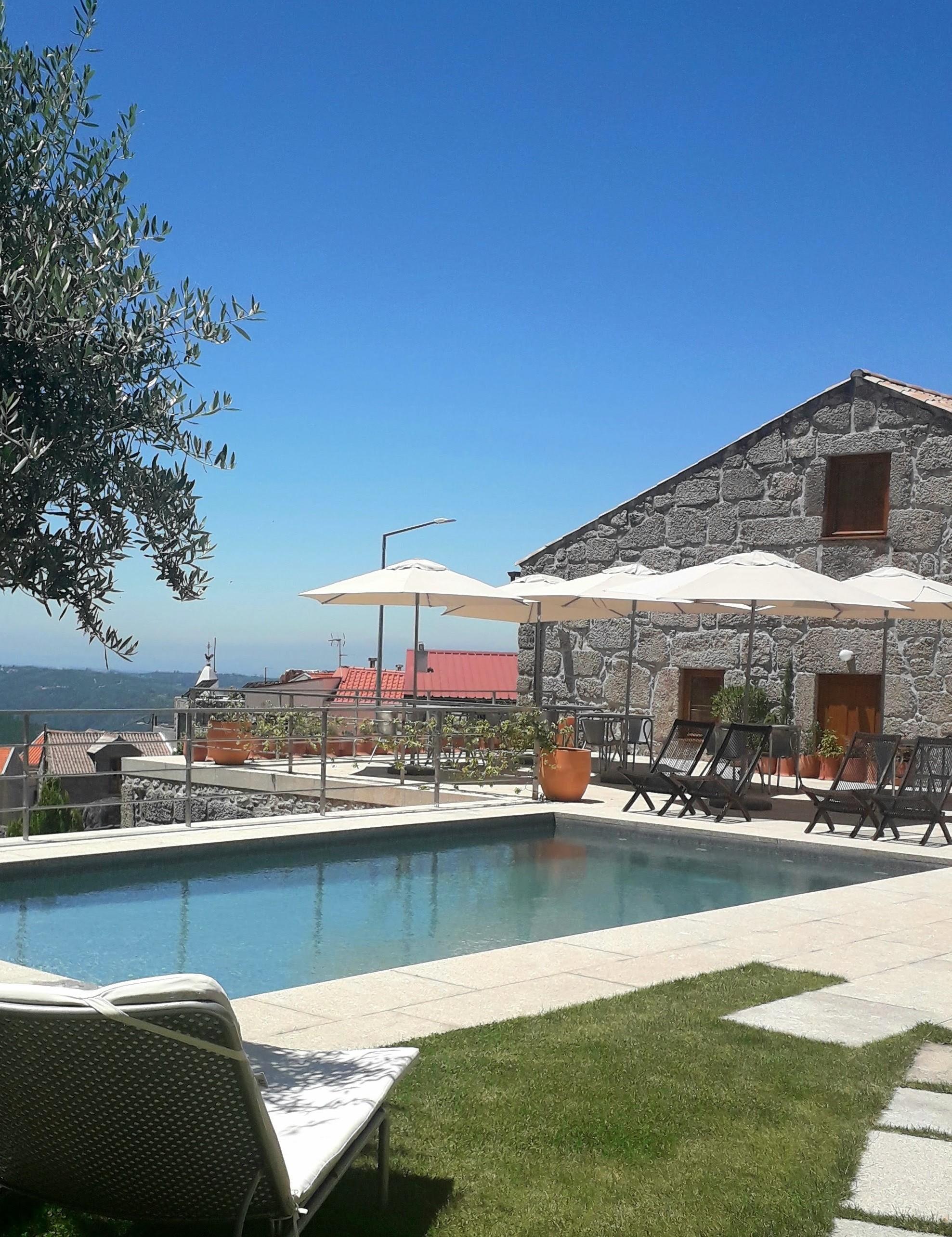 Panorama da piscina e da construção principal das Casas da Lapa