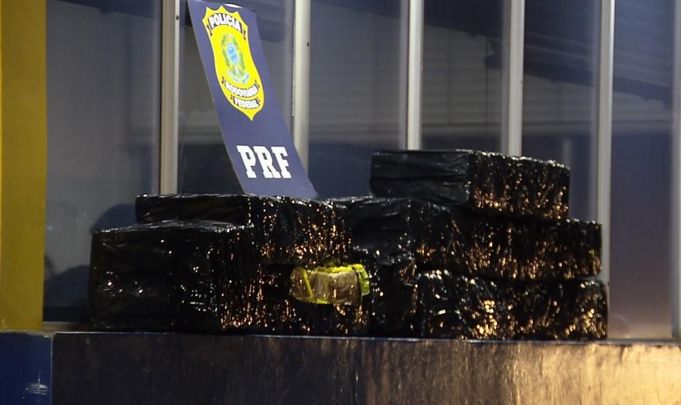 PRF apreende 190 kg de maconha na BR-277, em Santa Terezinha de Itaipu — Foto: RPC/Reprodução