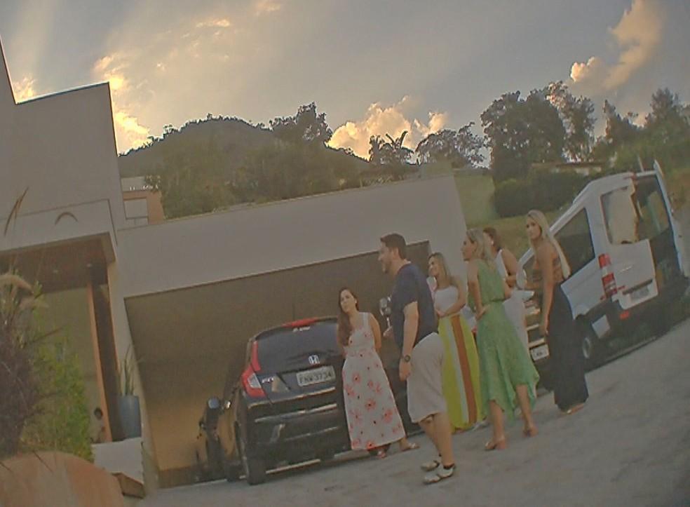 Convidados sem máscara na porta da casa em Itaipava — Foto: Júnior Alves/TV Globo
