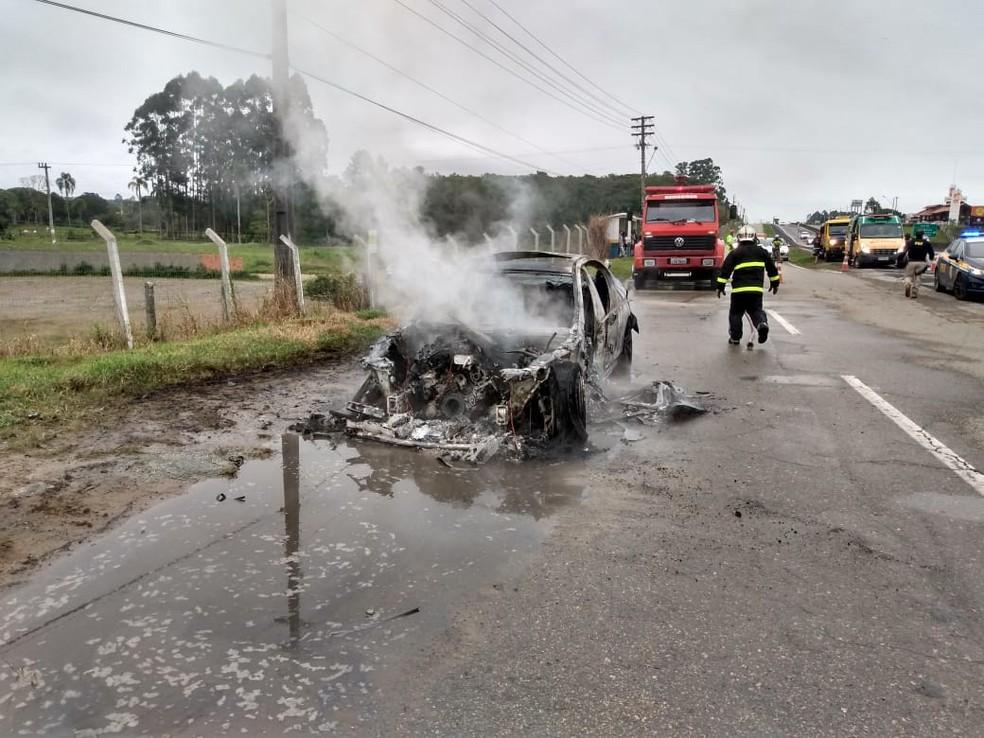Carro foi abandonado na marginal da rodovia em Barra Velha — Foto: Corpo de Bombeiros/ Divulgação