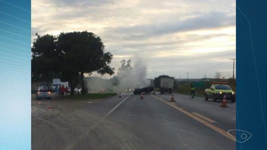 Acidente entre carro e caminhão deixa ferido na BR-101, em Aracruz, ES
