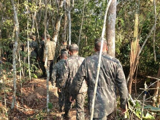 Grupo de homens do Exército Brasileiro em reconhecimento da área a ser cercada (Foto: Ivanete Damasceno/G1)