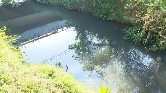 Poluição em ribeirão que deságua no rio Tietê assusta moradores