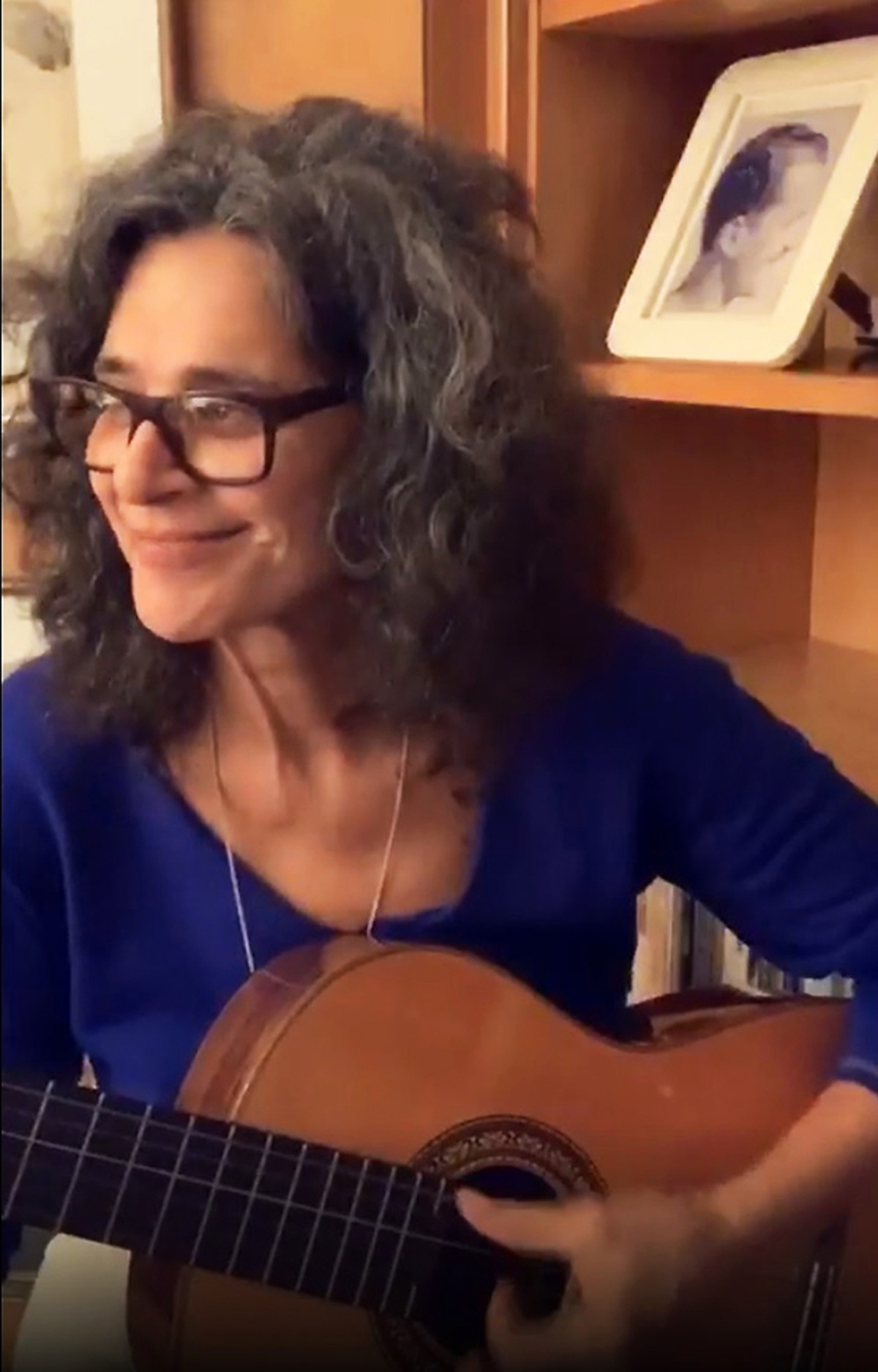 Simone pega o violão e, de casa, faz boa live com inédita, sucessos e músicas de disco de 2013 | Blog do Mauro Ferreira