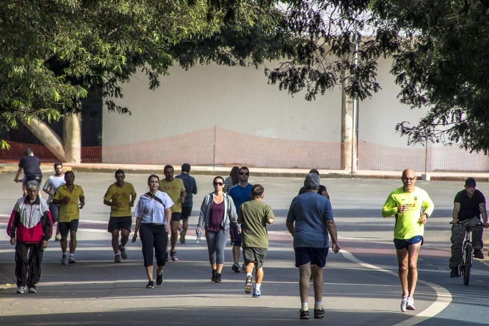 Para ter saúde, exercícios moderados, como a caminhada, são benéficos — Foto: Istock
