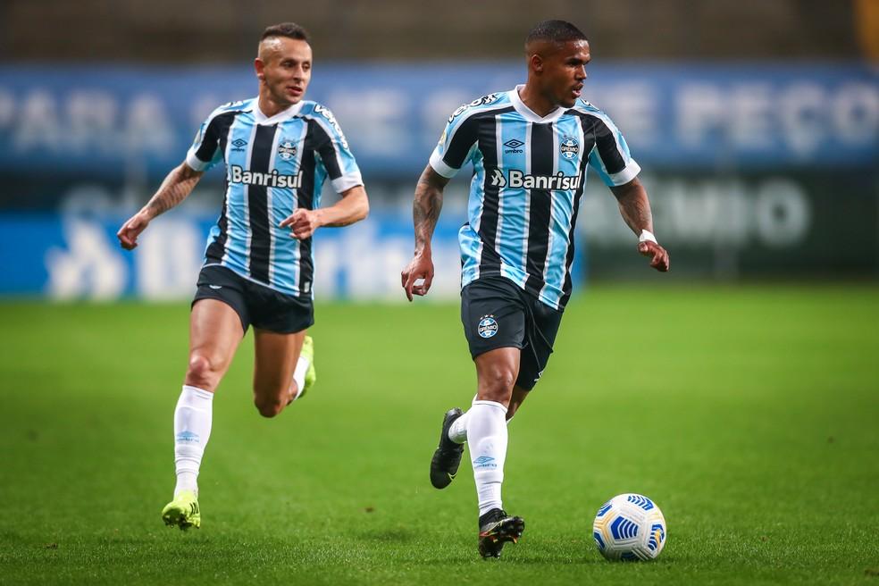 Rafinha e Douglas Costa em jogo do Grêmio — Foto: Lucas Uebel/Grêmio