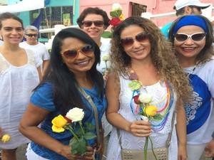 Margareth Alves, de branco, trocou perfume por flores na hora de presentear Iemanjá  (Foto: Maiana Belo / G1 Bahia)