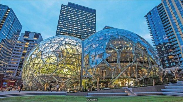 As esferas da Amazon, uma série de grandes estruturas de vidro em sua sede em Seattle, foram projetadas para ajudar a estimular a criatividade (Foto: ROCKY GRIMES / ALAMY STOCK PHOTO, via BBC News Brasil)