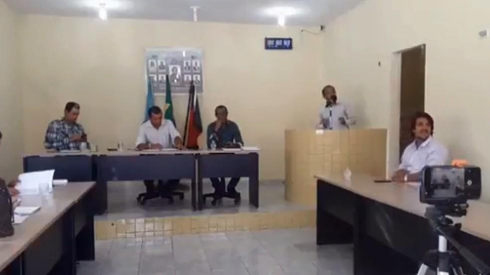 Vereador Luiz Sabino em discurso na Câmara de Baía da Traição, no Litoral da Paraíba (Foto: Reprodução/YouTube)