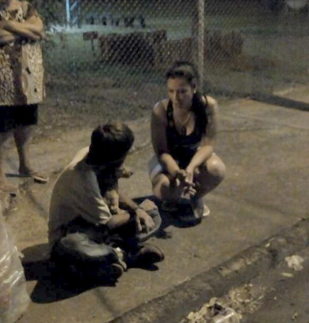 Renata Xavier conversa com Alemão, que não larga seu companheiro, após ele se recuperar do desmaio — Foto: Thaís Brandão/Arquivo pessoal