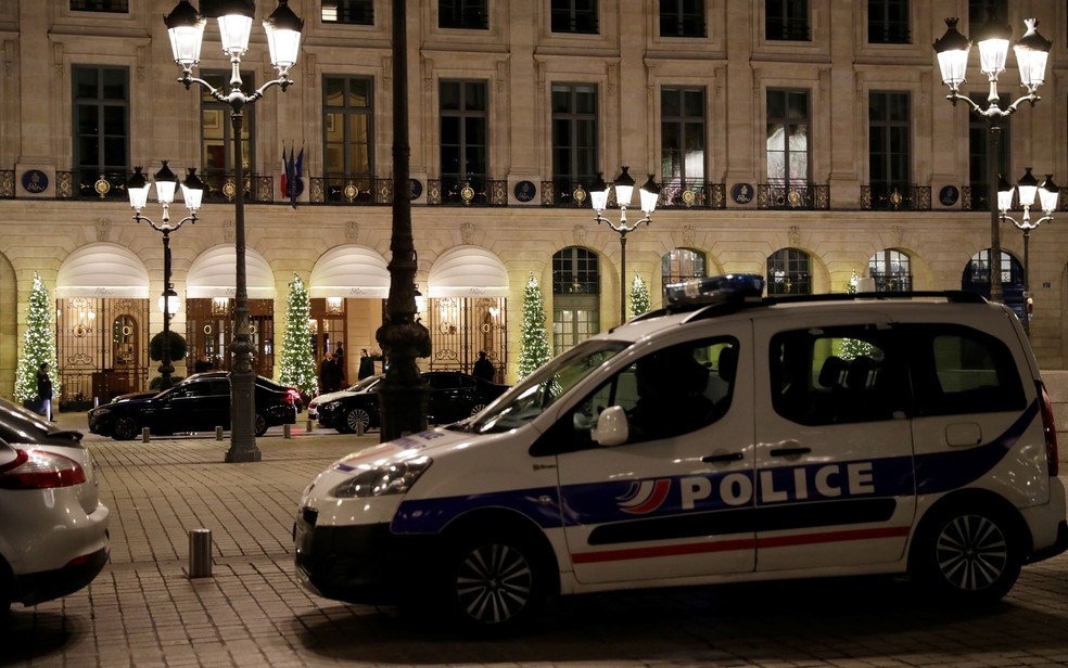 Viatura é vista do lado de fora do hotel Ritz, em Paris, após roubo de joias na quarta-feira (10) (Foto: Thomas Samson/AFP)