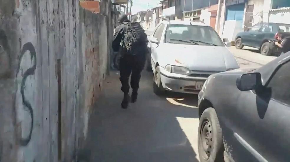Imagens mostram ação da polícia, com troca de tiros, durante buscas por vigias em Cabo Frio — Foto: RLagos Notícias