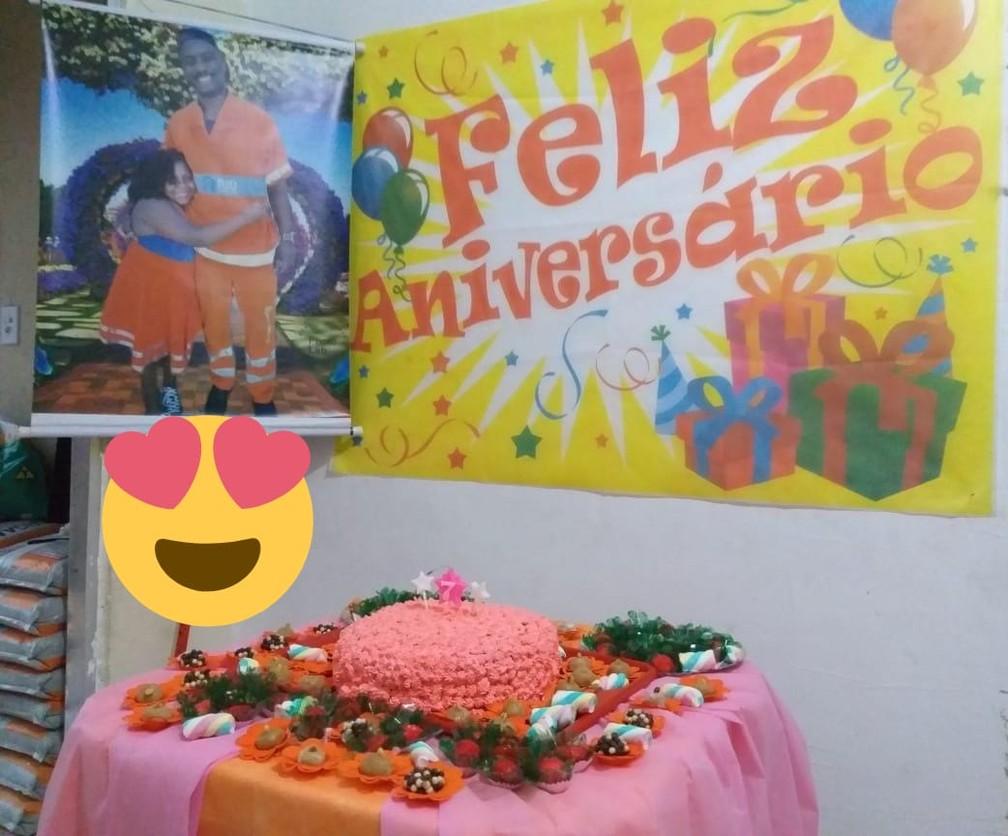 Mesa de Luana foi decorada com a cor da Comlurb e foto dela com o tio. — Foto: Arquivo pessoal
