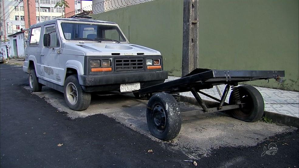 Serviço de pavimentação 'esquece' trechos onde carros estavam estacionados em rua de Fortaleza