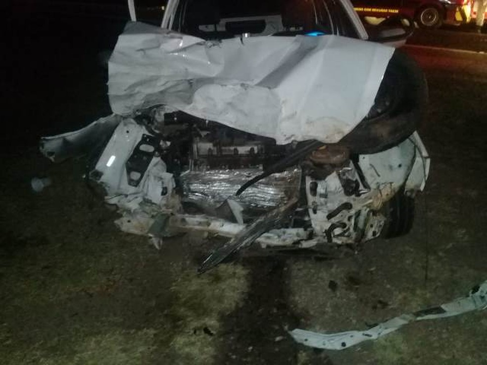 Motorista do carro, um homem de 40 anos, morreu no local do acidente (Foto: Ripa nos Malandros)
