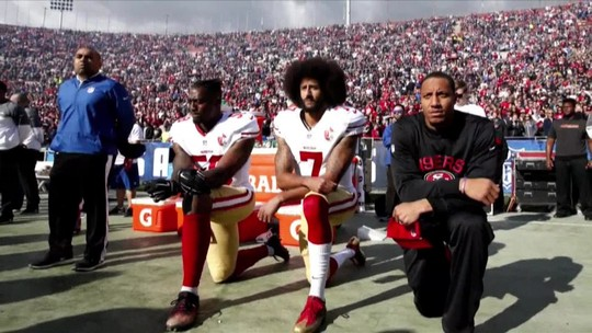 Em meio a polêmica, Colin Kaepernick faz seu próprio evento e não participa de treino marcado pela NFL