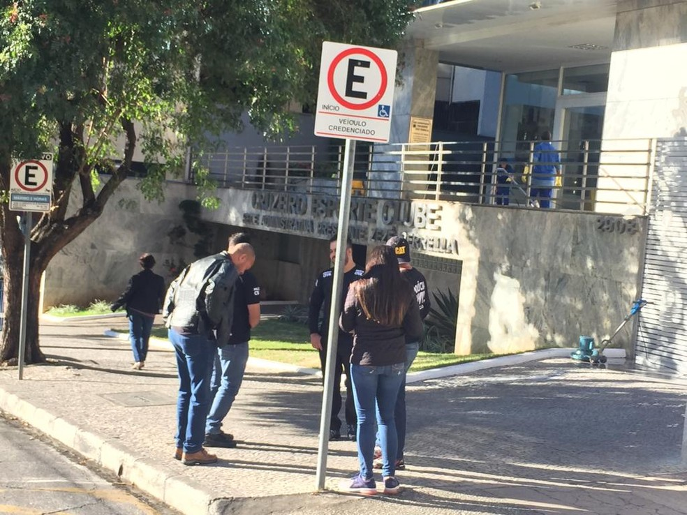 Policiais civis cumprem mandados de busca e apreensão na sede do Cruzeiro nesta manhã. — Foto: Vladimir Vilaça/TV Globo
