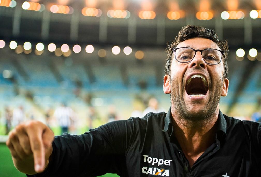 Alberto Valentim foi campeão carioca com o Botafogo no ano passado e só saiu do clube porque quis. Um ano depois, não foi campeão carioca com o Vasco – e saiu porque o clube quis — Foto: BP Filmes