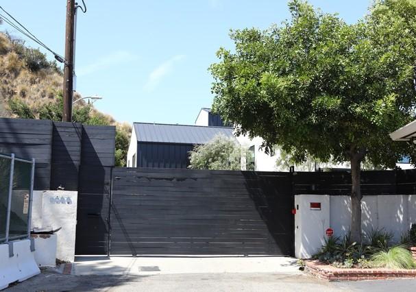 Entrada da casa de Demi Lovato em Los Angeles (Foto: AKM-GSI)