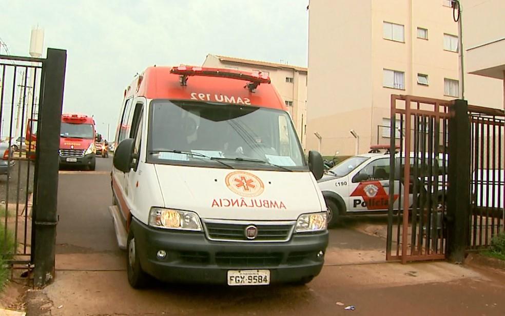 Garota de 9 anos foi socorrida pelo Samu após cair do terceiro andar do prédio (Foto: Paulo Souza/EPTV)