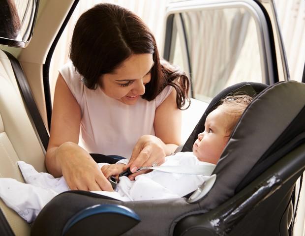 No Brasil, o bebê conforto deve permanecer de costas para o painel do carro até que o bebê complete um ano de idade (Foto: Thinkstock)