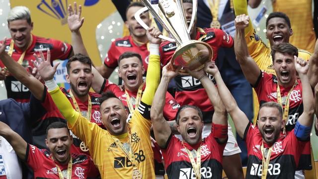 Flamengo levanta a taça da Supercopa 2021