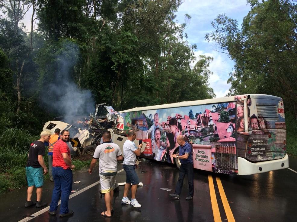 Acidente entre ônibus e carreta deixa mortos na BR-262 (Foto: VC no ESTV)