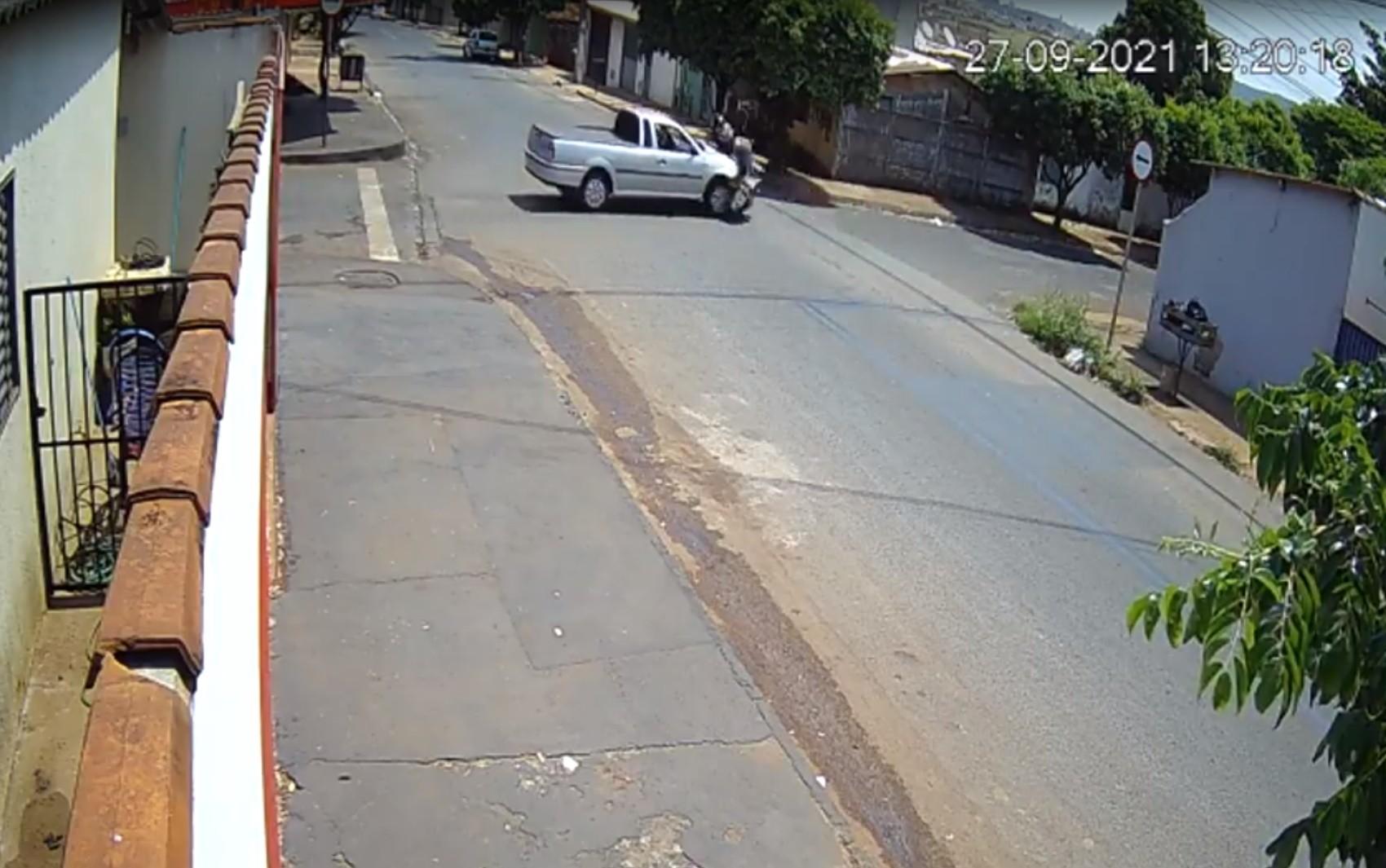 Motociclista é arremessada, gira no ar e vai parar em calçada após ser atingida por picape em rua de Rio Verde; vídeo