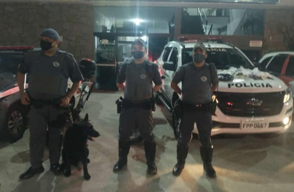 Cão policial ajudou polícia a encontrar mochila com drogas e dinheiro — Foto: Polícia Militar/Divulgação