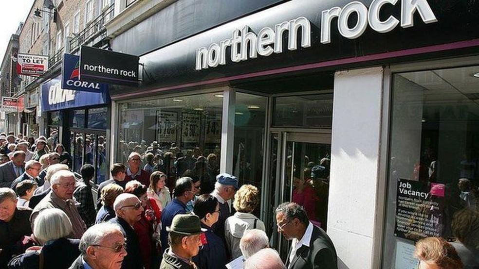 Com a crise do Northern Rock, clientes britânicos formaram filas para retirar seu dinheiro — Foto: Getty Images