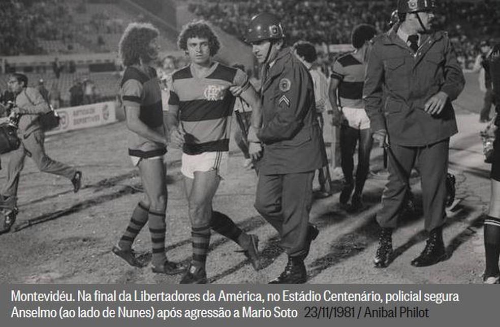 Anselmo sendo levado por policial — Foto: Anibal Philot