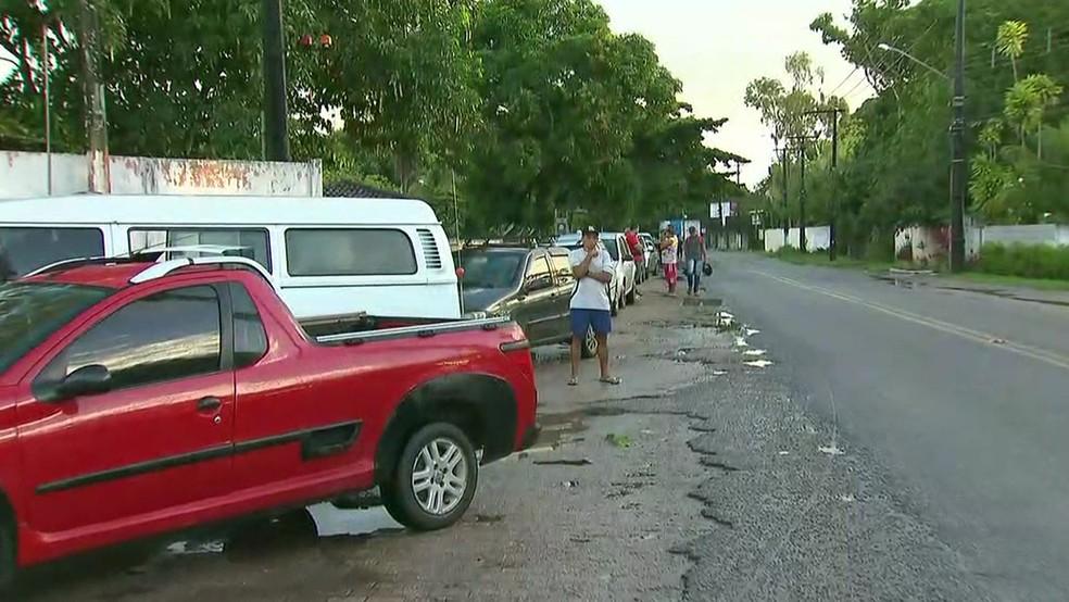 Motoristas dormiram na fila de posto de combustível no quilômetro 5 da Estrada de Aldeia, no Grande Recife, para tentar abastecer (Foto: Reprodução/TV Globo)