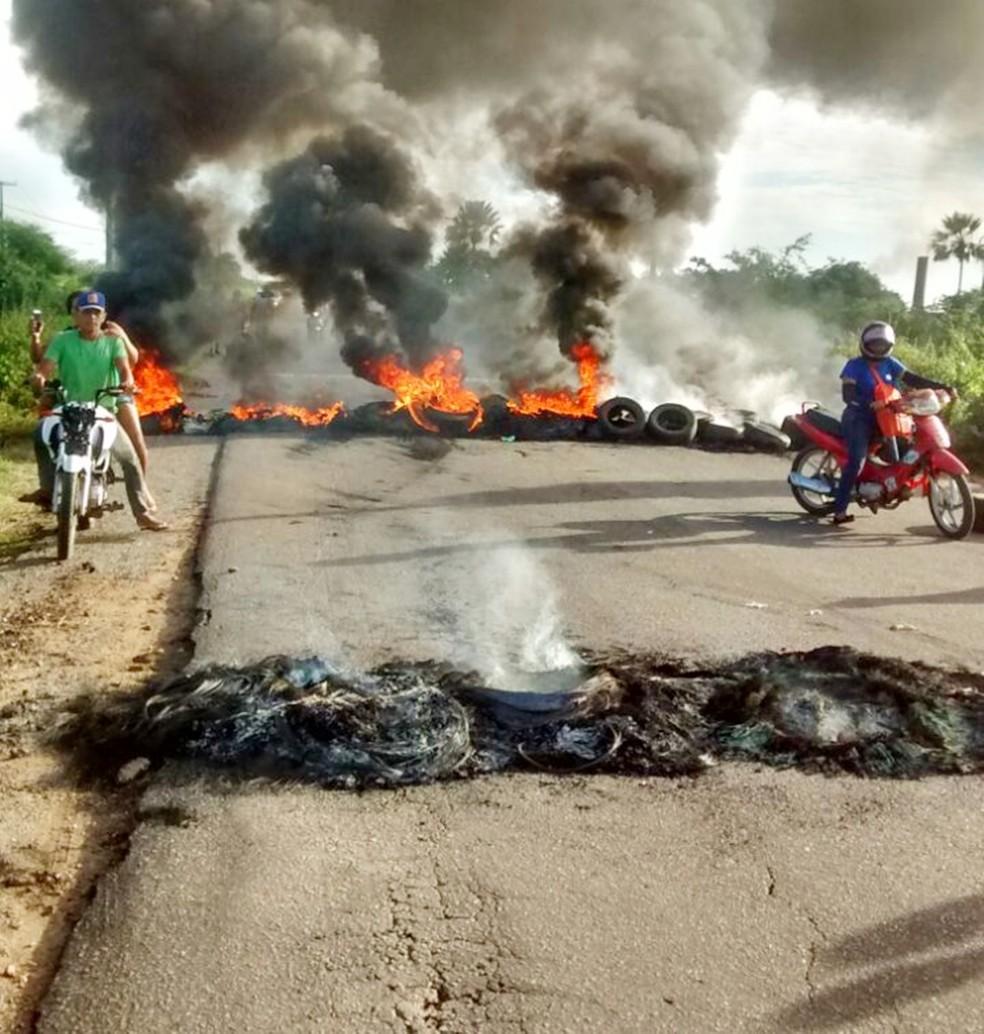 Na RN-118, em Ipanguaçu, manifestantes queimaram pneus para impedir a passagem de motoristas (Foto: Marcone Fonseca)