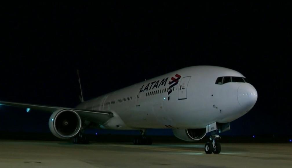 Avião chegou ao Aeroporto de Viracopos às 23h46 — Foto: Reprodução/GloboNews