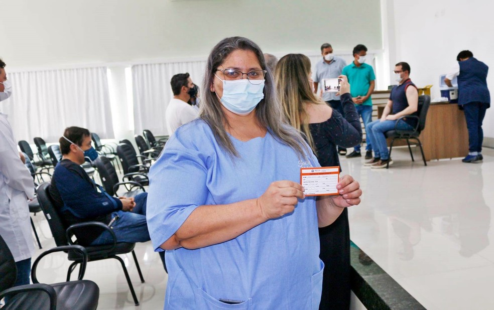 Adriana Aparecida de Souza, primeira pessoa imunizada no Sul de MG, exibe comprovante de vacina em Alfenas (MG) — Foto: Divulgação/Prefeitura de Alfenas