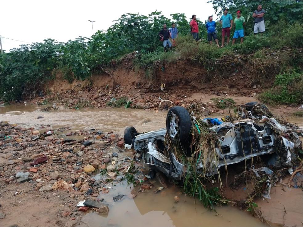 Chuva arrastou carros e destruiu casas na cidade do Crato. — Foto: Antônio Rodrigues/SVM