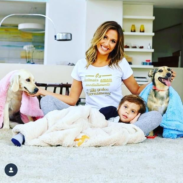 Luisa Mel posa com o filho e seus dois cachorros (Foto: Reprodução/Instagram)