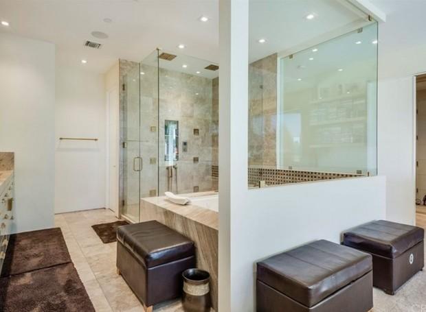 O banheiro do quarto do casal conta com chuveiro e banheira (Foto: The MLS/ Reprodução)