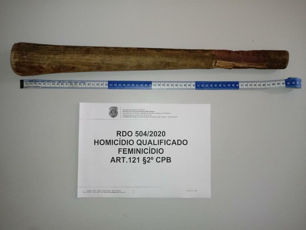 Cabo de machado possivelmente usado na agressão foi apreendido — Foto: Polícia Civil