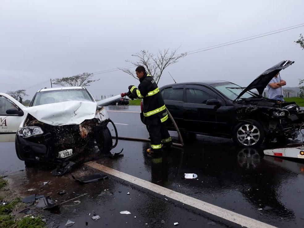 Um dos veículos teve um início de incêndio depois do acidente em Tupã — Foto: João Trentini