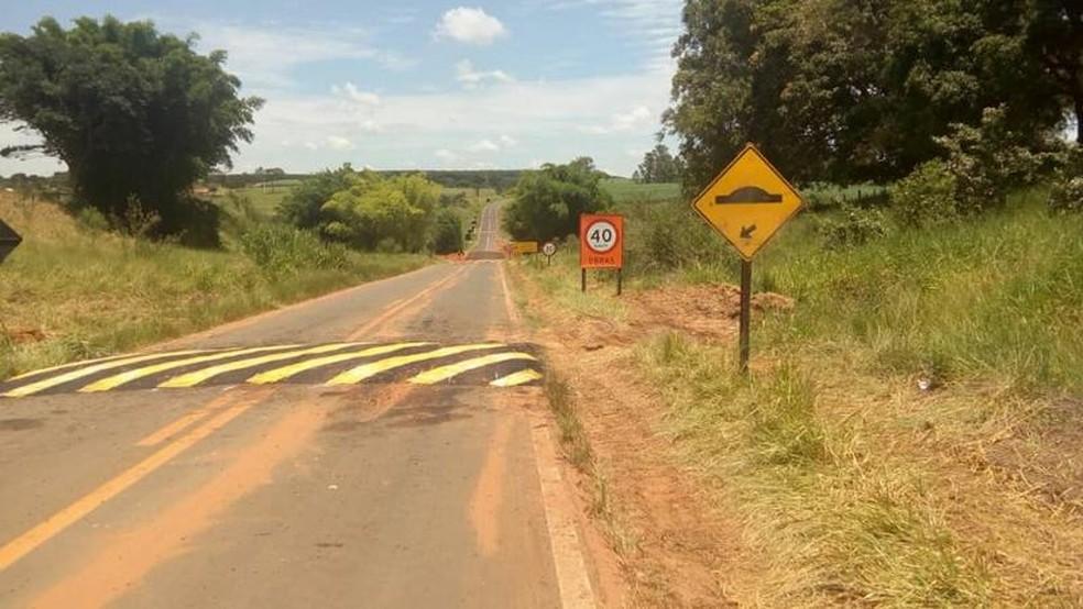 Sinalização foi refeita no local após trecho da rodovia ser arrastado durante as chuvas de janeiro (Foto: DER/ Divulgação )