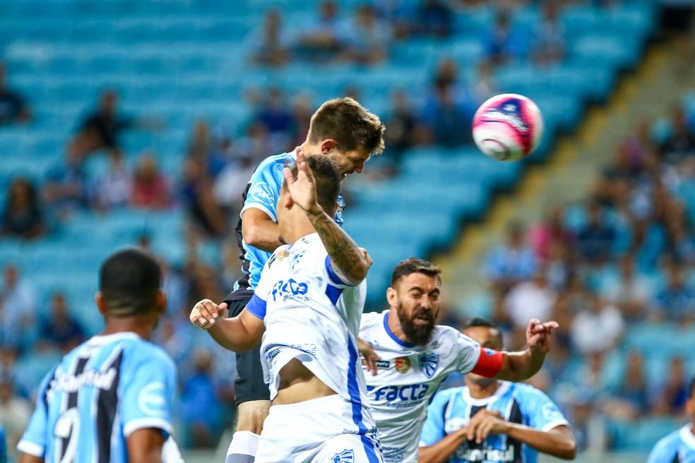 Kannemann acertou cabeçada na trave do Cruzeiro-RS (Foto: Lucas Uebel/Grêmio/Divulgação)