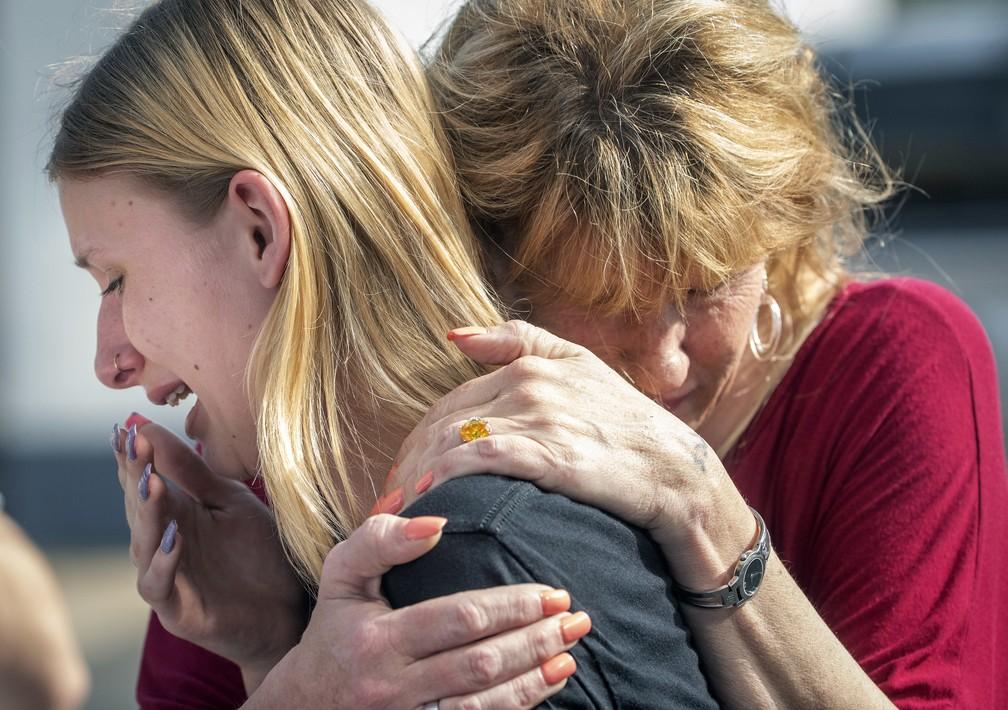 Estudante Dakota Shrader é consolada por sua mãe após tiroteio em sua escola no Texas. (Foto: Stuart Villanueva/AP)