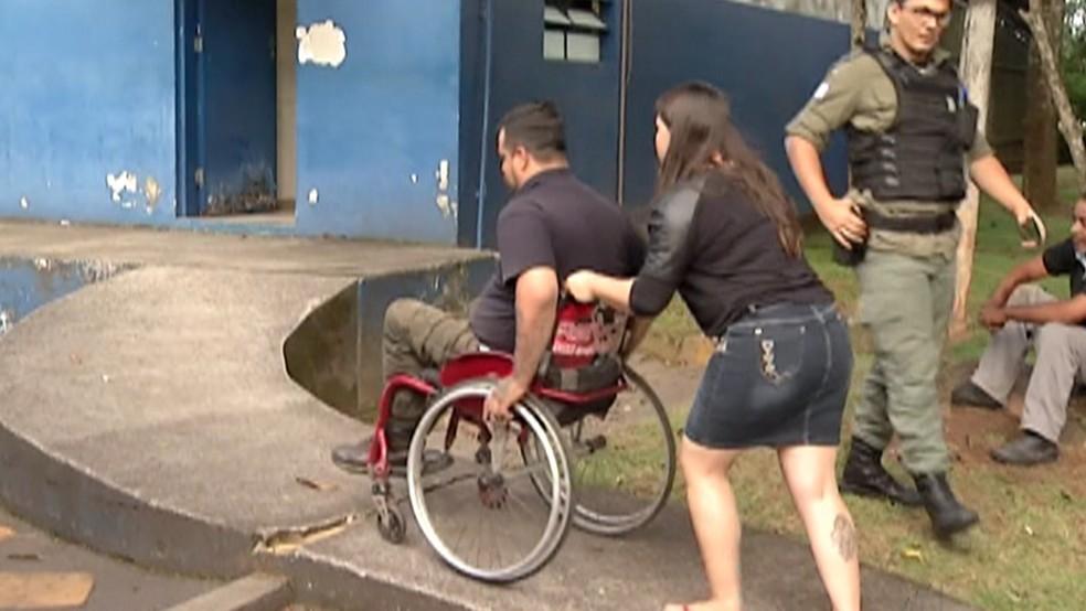 Após sofrer acidente, morador de Arujá tenta voltar a estudar, mas não encontra escola acessível — Foto: Reprodução/TV Diário