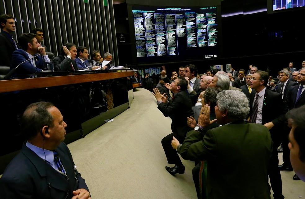 Imagem mostra parlamentares da oposição protestanto contra decisão de Eunício Oliveira durante a votação da revisão da meta fiscal (Foto: Reprodução/Flickr do Senado)