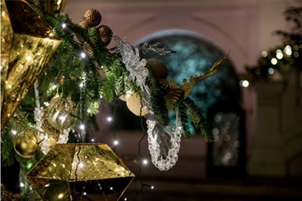 Árvore de Natal é decorada por diamantes, em hotel na Itália (Foto: Divulgação)