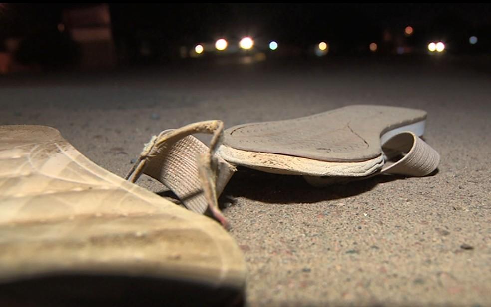 Sandálias da idosa atropelada ficou na rodovia, em Campinas. — Foto: Reprodução/EPTV