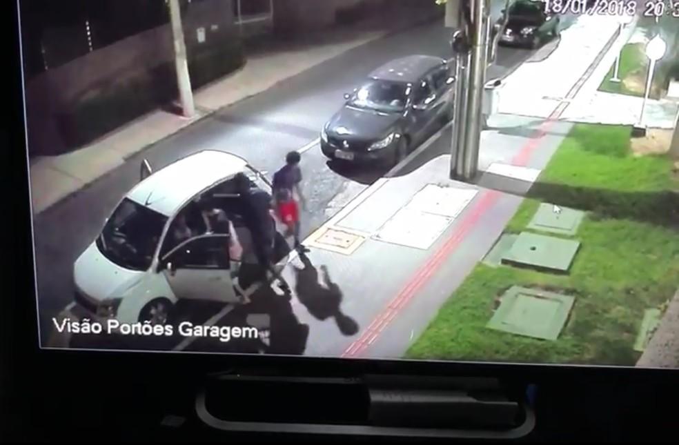 Jovens foram assaltados na frente de um edifício, no Bairro Quilombo, em Cuiabá (Foto: Divulgação)